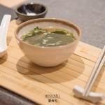 Sopa miso con tofu, alga wakame y cebolleta