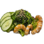 Ensalada de goma wakame, langostinos y pepino